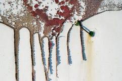 Старое пакостное, grunge, загородка металла с жидкой красной краской 6 Стоковое Фото
