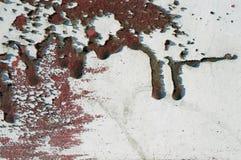 Старое пакостное, grunge, загородка металла с жидкой красной краской 2 Стоковые Изображения RF