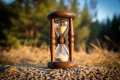 Старое песк-стекло в лесе стоковые изображения