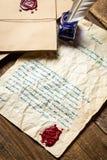 Старое письмо загерметизированное с красным sealant и написанное в синих чернилах Стоковые Изображения RF