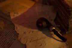 Старое письмо и куря труба Стоковые Изображения