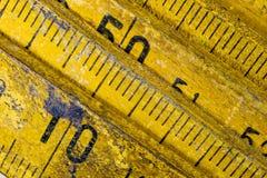 Старое плотничество измерения на деревянной таблице мастерской Доступ Joinery стоковые фото