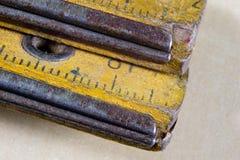 Старое плотничество измерения на деревянной таблице мастерской Доступ Joinery стоковое изображение