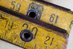 Старое плотничество измерения на деревянной таблице мастерской Доступ Joinery стоковые изображения rf