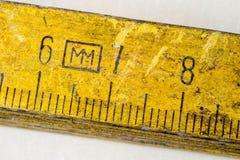 Старое плотничество измерения на деревянной таблице мастерской Доступ Joinery стоковые фотографии rf