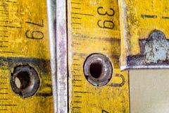 Старое плотничество измерения на деревянной таблице мастерской Доступ Joinery стоковое фото