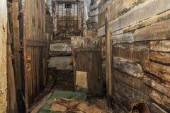 Старое покинутое деревянные и конкретные пакостные укрытие или подвал места жить бродяги Стоковое фото RF
