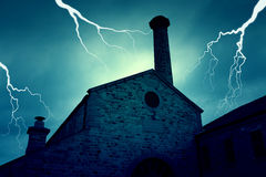Старое покинутое покинутое преследовать здание с молнией Стоковая Фотография
