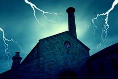 Старое покинутое покинутое преследовать здание с призраком & молнией Стоковое Изображение