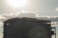 Старое покинутое промышленное бетонное здание против фона солнечного света Шум и нерезкость для фонового изображения Стоковые Фотографии RF