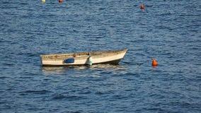 Старое пустое плавание шлюпки на реке, транспорте воды, воссоздании и рыбной ловле акции видеоматериалы