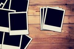 Старое пустое фото рамки на деревянной предпосылке Стоковая Фотография RF