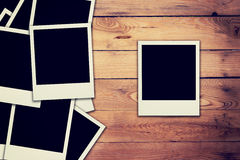 Старое пустое фото рамки на деревянной предпосылке Стоковая Фотография