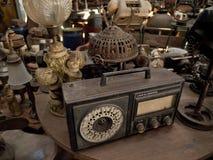 Старое радио в антикварном магазине в Индонезии Стоковая Фотография