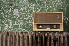 Старое радио в затрапезной комнате Стоковое Изображение