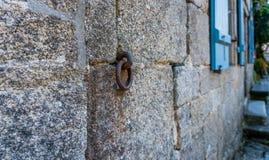 Старое ржавое кольцо металла причаленное к каменной стене стоковая фотография