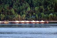 Старое ржавое плавание вдоль реки, огромные кучи нося баржи щебня от карьера стоковая фотография rf