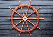 Старое рулевое колесо каботажного судна сделанное из твёрдой древесины Стоковые Изображения