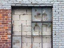 Старое сломанное Windows и кирпичная стена Стоковые Изображения RF