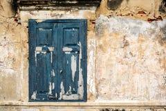 Старое старое окно с старой кирпичной стеной grunge Стоковая Фотография RF