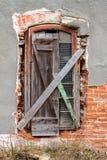 Старое старое окно с старой стеной grunge Стоковое фото RF