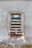 Старое старое окно с старой стеной grunge Стоковые Фото