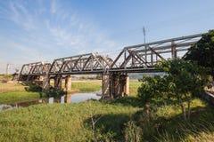 Старое стальное река железнодорожного моста Стоковые Изображения