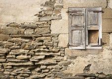 Старое сломанное деревянное окно на сделанном камне выветрилось стена стоковые изображения rf