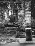 Старое сломанное изображение Будды в виске в очерненной белизне Стоковое фото RF