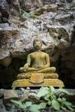 Старое тайское immage budda стиля перед пещерой Стоковое Фото