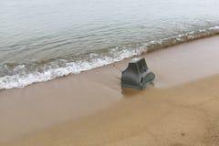 Старое ТВ на береге моря стоковые фотографии rf