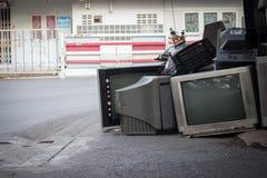Старое ТВ сломало вниз засорянный на улице Стоковая Фотография RF