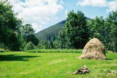 Старое традиционное сено штабелирует амбар nea старый деревянный Стоковые Изображения RF