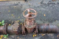 Старое управление клапана воды на улице Стоковое фото RF