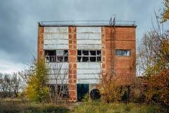 Старое устарелое загубленное конкретное промышленное здание покинутая фабрика Стоковые Изображения RF