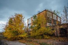 Старое устарелое загубленное конкретное промышленное здание покинутая фабрика Стоковое Изображение