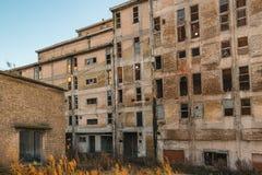 Старое устарелое промышленное загубленное здание и подготавливает для demolishin Стоковые Фотографии RF