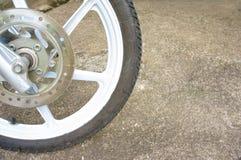 Старое черное колесо сплава магния мотоцикла и тарельчатого тормоза Стоковые Фотографии RF