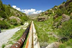 Старое aquaduct в горах Стоковое Изображение