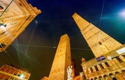 Старое Asinelli возвышается на ноче в болонья, Италии Стоковые Фотографии RF
