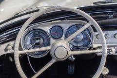 Старое claster приборной панели и аппаратуры автомобиля стоковая фотография rf