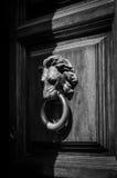 Старое knocher льв-головы на деревянной двери стоковое фото rf