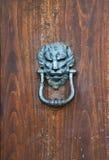 Старое knoker двери с львом Стоковые Изображения RF