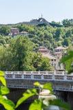 Старое Lovech на холме перед крепостью Hissar в Болгарии Стоковая Фотография