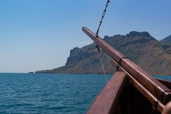 Старое ` s корабля на море с смычком к горе Стоковые Изображения