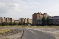 Старое 2-storeyed и современное много-storeyed здание Ontrast и противоположность ¡ Ð Стоковое фото RF