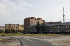 Старое 2-storeyed и современное много-storeyed здание Ontrast и противоположность ¡ Ð Стоковая Фотография RF