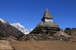 Старое stupa на пути от благотворительного базара Namche к Kunde Стоковая Фотография RF