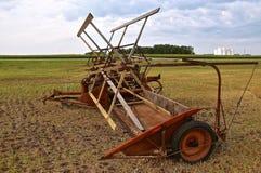 Старое swather зерна припаркованное в поле Стоковые Фотографии RF