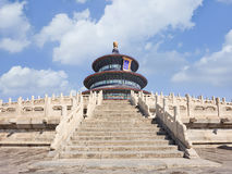 Старое Temple of Heaven против голубого неба с белыми облаками, Пекина, Китая Стоковое Изображение RF